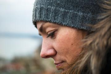 Obraz Portret kobiety w czapce zimowej. - fototapety do salonu