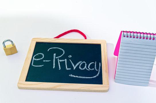 Tafel mit Aufschrift e-Privacy-Verordnung  ePVO in englisch E-Privacy-Regulation Block und Vorhängeschloss