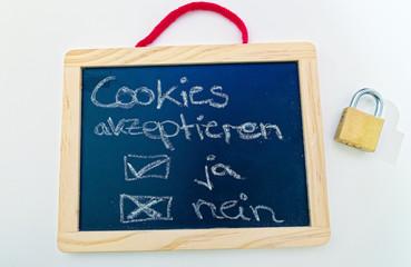 Tafel mit in deutsch Cookies akzeptieren ja nein in englisch Accept cookies yes no und einem Vorhängeschloss