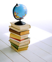Bücher & Weltkugel