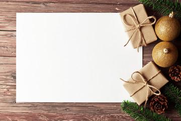 Weihnachten Hintergrund mit Geschenken, Papier und Weihnachtskugeln