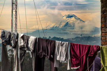 Vista del vulcano Cotopaxi e della città di Quito, Ecuador