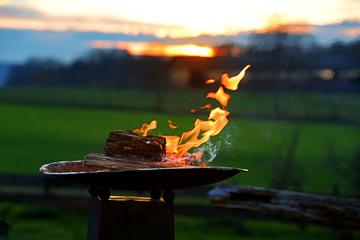 Brennende Feuer Schale im Garten