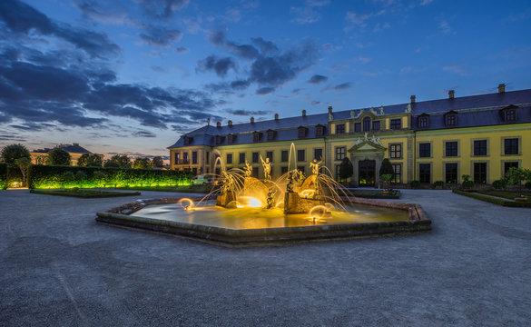 Germany, Lower Saxony, Hanover, Herrenhaeuser Gaerten, Orangenparterre, Gallery and Neptune Fountain in the evening