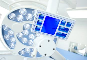 runde Operationslampe als Deckenlampe in der Zahnarztpraxis mit Monitor