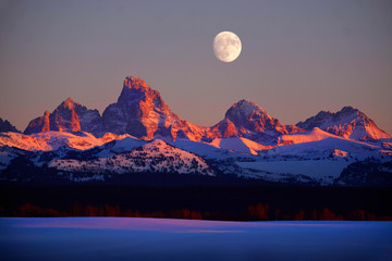 In de dag Lavendel Sunset Light Alpen Glow on Tetons Teton Mountains wtih Moon Rising