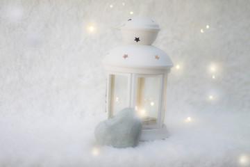 imagen invernal de farolillo blanco con piedra en forma de corazón y espacio para escribir