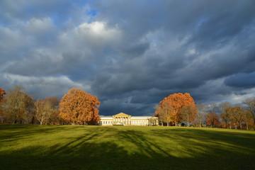 Rosensteinpark und Schloss Rosenstein, Naturkundemuseum, mit Löwentor im Herbst bei Sonnenschein am Nachmittag unter dunklen Wolken