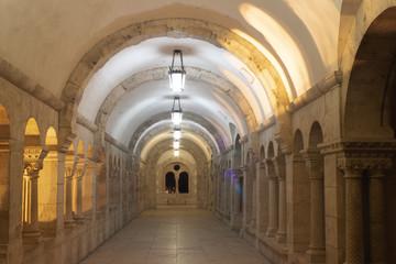 Die beleuchteten Gänge der Fischerbastei nachts - eine historische Touristenattraktion aus dem Mittelalter in Budapest, Ungarn