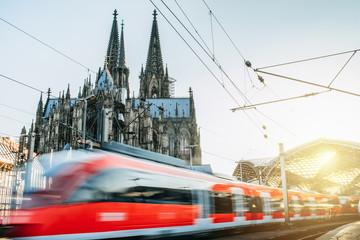 Zug fährt vom Kölner Bahnhof ab