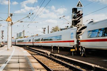 Zug am Bahnsteig in Bewegung