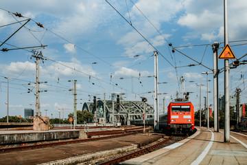 Regionalzug fährt über Deutzer Brücke in Köln
