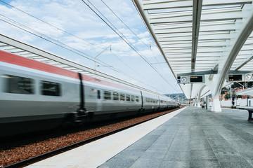 Zug fährt durch den Bahnhof