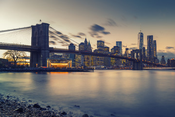 Fototapete - Brooklyn bridge East river and Manhattan after sunset, New York City