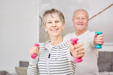 Senioren Paar macht Training mit Hanteln