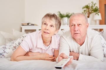 Senioren schauen spannende TV Sendung