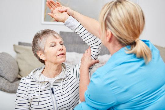 Therapeutin macht Ergotherapie mit Seniorin