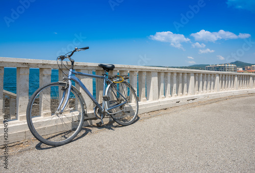 Bicicletta Vintage In Paesaggio Di Mare Estivo Stock Photo And