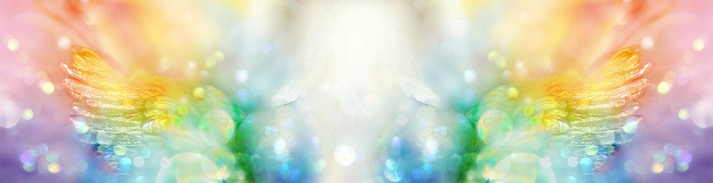 Banner extrabreit: Engel mit Flügeln in spektralfarbenem Licht
