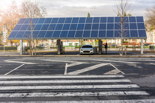 Car charging station for self-sufficient and first photovoltaic panels in Segovia (Spain), it is also free.