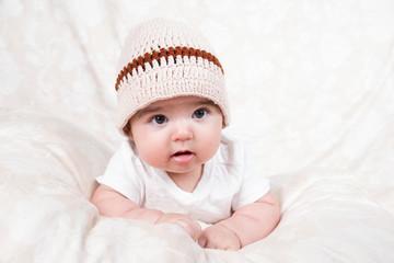 Portrait von süßem Baby mit Strickmütze
