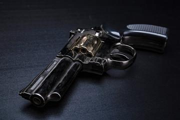 Pistolet. Broń na czarnym tle.