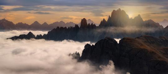 Starke Nebel an der Cadini Gruppe in den Dolomiten, Italien beim Sonnenuntergang