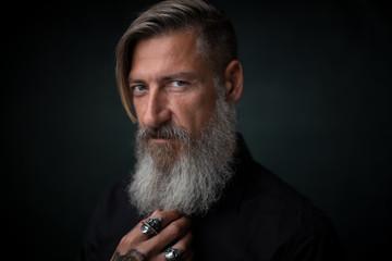 Close up Porträt eines bärtigen Mannes, isoliert auf einem schwarzem Hintergrund