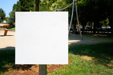 leeres weißes Schild an einem öffentlichen Park