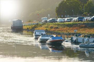 Boote am Ufer der Stadt Wehlen an der Elbe im Elbsandsteingebirge
