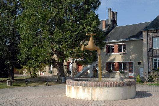 Ville de Salbris, Place Henri Hemme et le fameux robinet d'inspiration japonaise , département du Loir et Cher, France