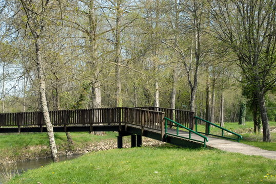 Ville de Salbris, Sologne, le parc municipal et pont en bois, département du Loir et Cher, France