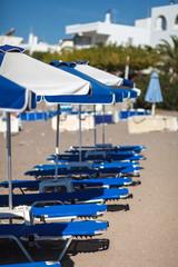 Sonnenschirm und Liegen am Meer