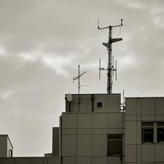 Antennen auf dem Dach eines Bürogebäudes