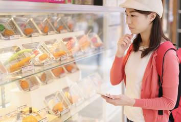 若い女性・飲食店・大阪