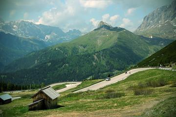 Autos befahren einen Alpenpass mit Aussicht auf die Berge