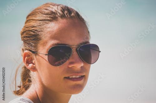 Oahu Hawaii Shooting Frau Am Strand Mit Sonnenbrille Stock Photo
