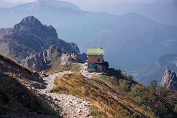 The Rosalba refuge between the towers of the Southern Grigna from the Garibaldi hill.