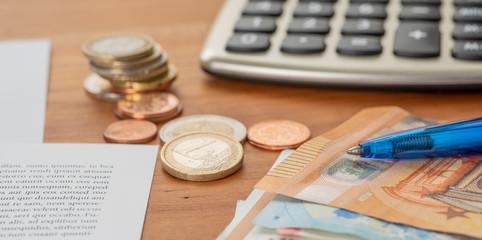 Fotomurales - Taschenrechner mit Geldscheinen und Münzstapeln