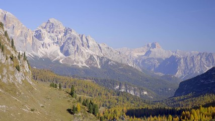 Fototapete - Scenic footage of majestic Dolomites mountains in Italian Alps. Landscape shot of colorful trees and rocky mountains in the the Italian Dolomites in sunny autumn day.