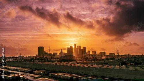 Fotobehang Sunset sun setting behind city of Los Angeles downtown skyline at sunset, changing to night. 4K UHD Timelapse.