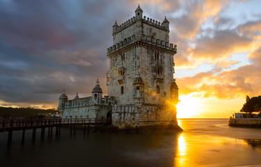 Sonnenstrahlen scheinen hinter Torre de Belém hervor