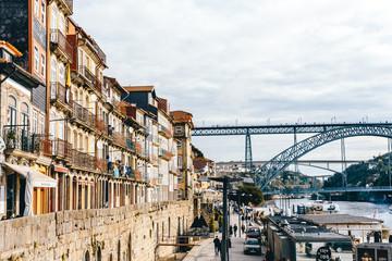 Ein Blick auf die Altstadt Portos und die Brücke Ponte Luis I
