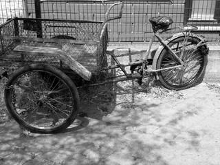 Photo sur Aluminium Altes Dreirad mit großem Korb für den Transport von Lasten und traditionellen Pedalen im Sommer bei Sonnenschein auf dem Gehweg in Adapazari in der Provinz Sakarya in der Türkei in Schwarzweiß