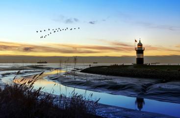Leuchtturm in Wremen bei Bremerhaven in Norddeutschland, Sonnenuntgergang an der Nordseeküste
