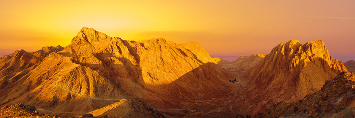 Foto auf AluDibond Violett rot Amazing Sunrise at Sinai Mountain, Beautiful dawn in Egypt, early morning view of the top of Mount Moses
