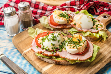 Sandwich with tomatoes, eggs and lettuce.