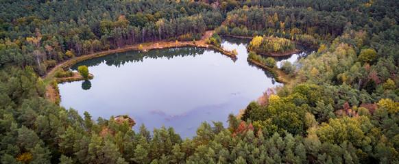 Kleiner Angelsee im Wald aus der Vogelperspektive, Luftbild