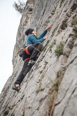donna che arrampica in falesia