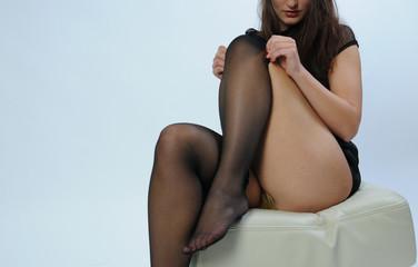 sexy braunhaarig dunkelhaarige brünette frau mädchen zieht sich strupfhose halterlose strümpfe an aus